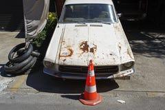 在一个维修车间的一辆生锈的美国肌肉经典葡萄酒汽车在伊斯坦布尔街道  免版税库存照片