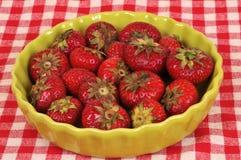 在一个绿色盘的草莓 库存图片