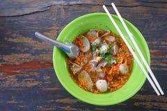 在一个绿色碗的泰国面条在食物桌地板上 库存图片