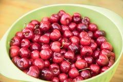 在一个绿色碗的红色樱桃, har新鲜健康有机的果子 免版税库存照片