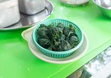 在一个绿色篮子的绿色菠菜 免版税库存照片