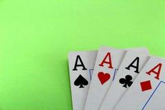 在一个绿色背景特写镜头的四张卡片一点,啤牌正方形 图库摄影