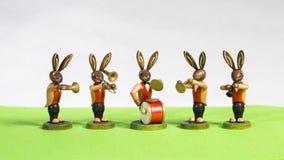 在一个绿色草甸的复活节兔子大乐队 免版税库存图片