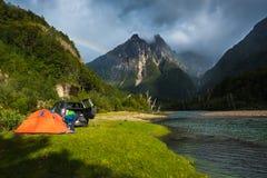 在一个绿色草甸设置的帐篷 库存图片