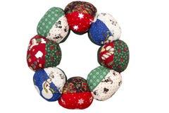 在一个缝制的样式的手工制造织品圣诞节花圈 图库摄影