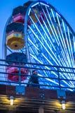在一个缺席重视的路人的霓虹弗累斯大转轮 免版税图库摄影