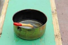在一个罐的一支画笔有木污点的 库存照片