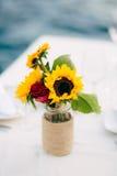 在一个罐的向日葵在桌上 免版税库存照片