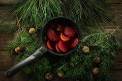 在一个罐的热的被仔细考虑的酒有把柄和铁厨房瓢的 免版税库存图片