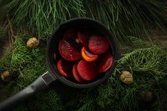 在一个罐的热的被仔细考虑的酒有把柄和铁厨房瓢的 库存图片