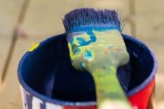 在一个罐头的油漆刷有蓝色油漆的 免版税库存图片