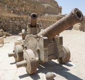 在一个罗马堡垒的老大炮 免版税库存图片
