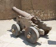 在一个罗马堡垒的老教规 库存照片