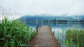 在一个美丽如画的山湖的老木码头在阿尔卑斯在奥地利 Steaducam射击 库存照片