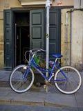 在一个美丽如画的门前面骑自行车在出生邻里,巴塞罗那 图库摄影