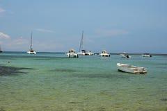 在一个美丽如画的海湾印度洋, Nosi的船是,马达加斯加 免版税库存照片