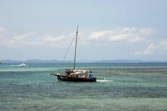 在一个美丽如画的海湾印度洋, Nosi的船是,马达加斯加 库存照片