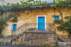 在一个美丽如画的角落的蓝色门在撒丁岛 库存图片
