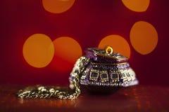 在一个美丽的东方箱子的金链子有红色背景 免版税库存照片