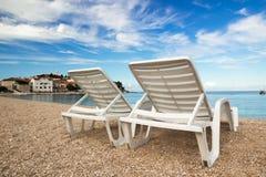 在一个美丽的亚得里亚海的海滩的两deckchairs 免版税图库摄影