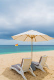 在一个美丽的含沙热带海滩的躺椅 免版税库存照片