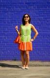 在一个美丽的女孩的画象的富有的颜色对比 免版税库存照片