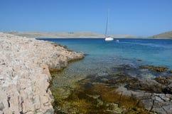 在一个美丽的小海湾的风船 免版税库存照片