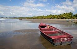在一个美丽的晴朗的海滩的一条小船在哥斯达黎加 库存图片