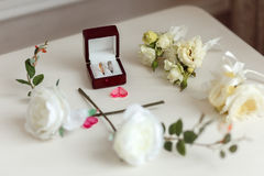 在一个美丽的木箱的婚戒 与白玫瑰的植物布置 图库摄影