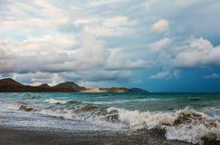 在一个美丽的海滩的看法与大海 免版税库存图片