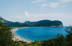 在一个美丽的海滩的看法与大海 图库摄影