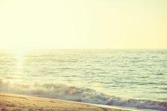 在一个美丽的海洋海滩的华美的早日出 库存图片