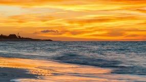 在一个美丽的海滩的五颜六色的日落在古巴 免版税库存图片