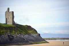 在一个美丽的海滩的峭壁的Ballybunion城堡 图库摄影