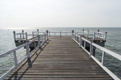 在一个美丽的海滩的木桥在晴天 免版税库存照片