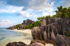 在一个美丽的海滩的独特的岩层 免版税库存图片