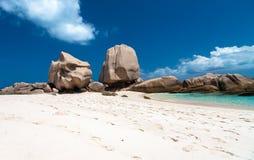 在一个美丽的海滩的独特的岩层 免版税库存照片
