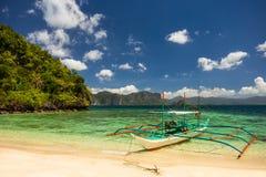 在一个美丽的海滩的Banca小船在巴拉望岛,菲律宾 库存图片