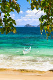 在一个美丽的海滩的Banca小船在Cagnipa海岛,菲律宾 免版税库存图片