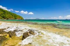 在一个美丽的海滩的Banca小船在Cagnipa海岛,菲律宾 库存照片