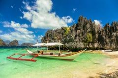 在一个美丽的海滩的Banca小船在Miniloc海岛,菲律宾 免版税库存图片