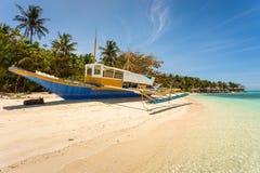 在一个美丽的海滩的Banca小船在Modessa海岛,菲律宾 库存图片