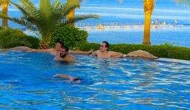 在一个美丽的游泳池的放松与清楚的清楚的大海 免版税库存图片