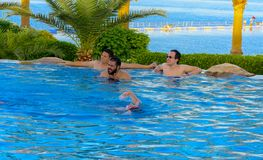 在一个美丽的游泳池的放松与清楚的清楚的大海 免版税图库摄影