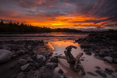在一个美丽的湖的不可思议的火热的日落 免版税库存图片