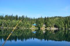 在一个美丽的湖的用假蝇钓鱼 库存图片