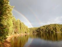 在一个美丽的湖附近的一条彩虹 免版税库存图片