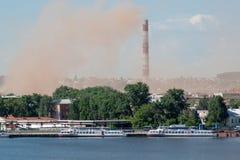 在一个美丽的湖附近的冶金植物 氧化氮放射到大气里 环境包装的污染 库存照片