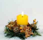 在一个美丽的烛台的新年` s灼烧的蜡烛有锥体的, 库存图片