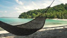 在一个美丽的热带海滩的吊床在菲律宾 股票录像